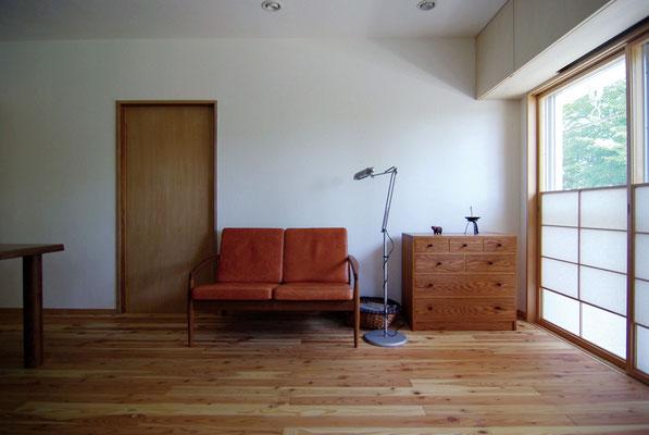 漆喰や唐松フローリングに反射して、室内はやわらかな光に満ちてさわやかで心地よい雰囲気に