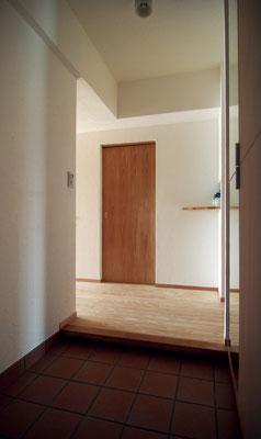 マンションならではの狭かった玄関を広くし、写真右側に天井いっぱいの下駄箱を。