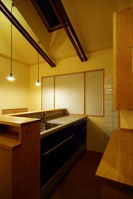 キッチン床を下げ、食卓とキッチン天板を同じ高さに。つくる人と食べる人の視線もそろい会話もはずみます。