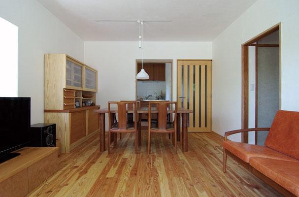 壁・天井は色漆喰仕上げ(ワラスサ入り)、床は唐松フローリング厚15㎜(遮音仕様置床に変更の上)