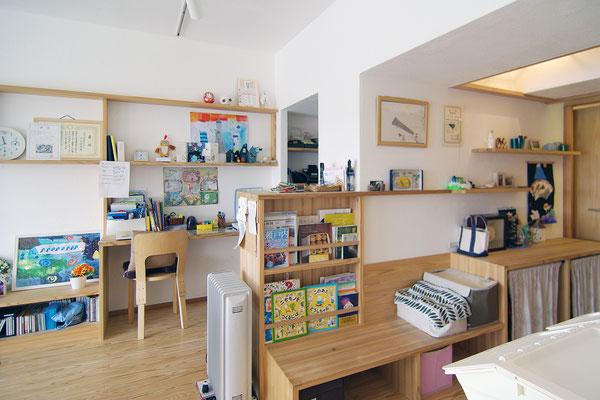 スタディコーナーや読書スペースなどの心地良いスペースを配し、家族それぞれの時間と集まって過ごす時間を共に大切に育む住まい。