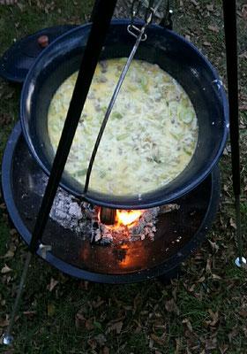 Eine Käse-Hackfleisch-Lauch Suppe im Kessel zubereitet