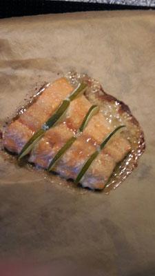 Lachs mit Limettenspalten und Zuckerkruste