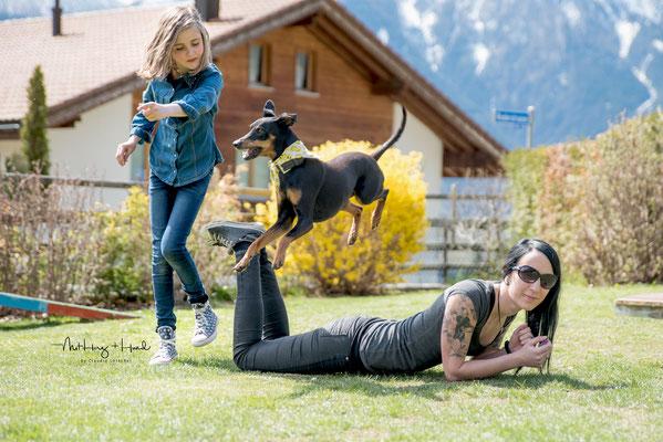 14.04.2018 Teamwork gehört immer dazu. Anna und Sabrina und Yana (Deutscher Pinscher)