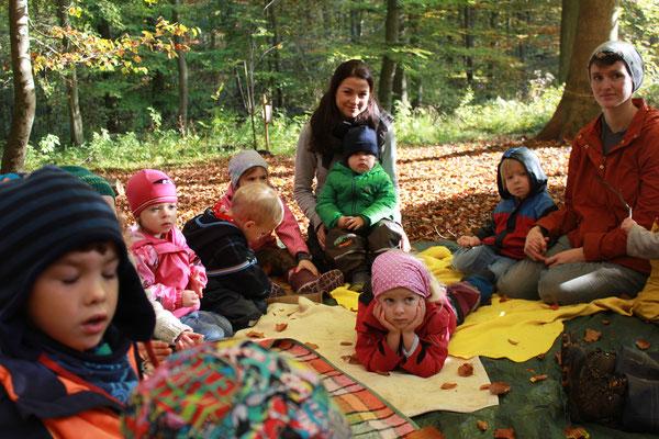 Geschichten lauschen, ganz entspannt im Wald