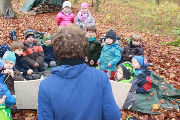 Erzählen mit dem Kamishibai (Erzähltheater) im Waldkindergarten