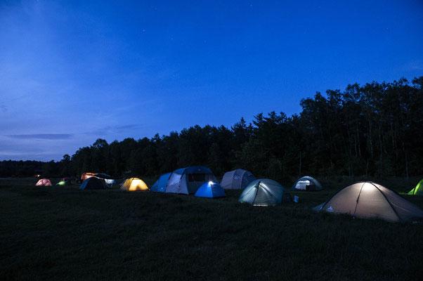 Familiencamp bei Nacht