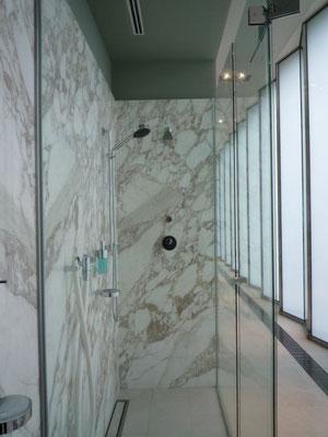 Badezimmer: Natursteinverkleidung - Foto © Knauer Architekten