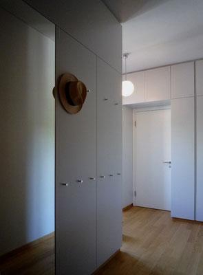 Garderobenraum: Schränke aus MDF-Platten lackiert - Foto © Knauer Architekten