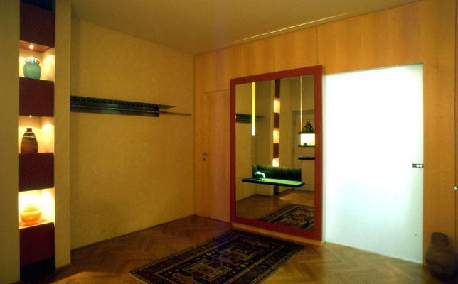Hutablage (Nirosta), Spiegel mit Ablage (Holz tlw. Wenge, tlw. lackiert) hinterleuchtet, Glasschiebetüre , Regal (MDV lackiert) - Foto © Knauer Architekten
