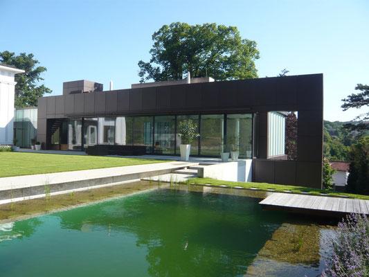 Geometrischer Schwimmbiotop - Foto © Knauer Architekten