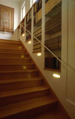 Bibliothek gemauert mit ESG-Glasfächer entlang Treppenlauf - Foto © H. Schild