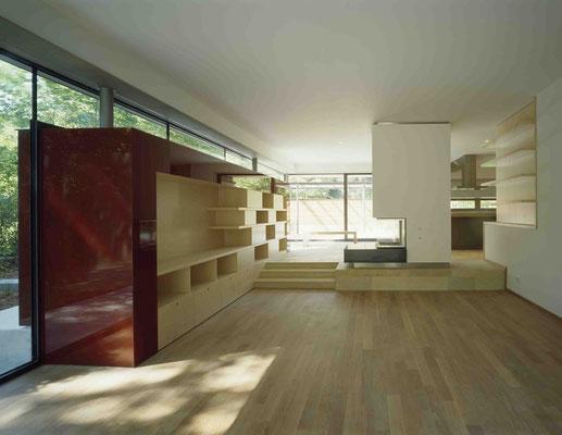 Rote Box: Durch die Glasfassade durchgestecktes Möbelstück. Rot emailliertes ESG-Glas, Holzwerkstoffplatten furniert (Ahorn gebleicht). Offener Heizkamin mit Grundplatte aus gefärbten Beton - Foto © G. Zugmann