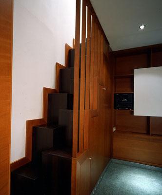 Raumspartreppe zur Galerie mit darunter eingebauter Miniküche - Foto © G. Zugmann