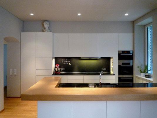 Küche: Holzwerkstoffplatten lackiert/Geäztes Glas/Natirsteinplatten, Wien-A, 2012 - Foto © Knauer Architekten