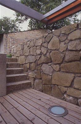 Steinstufen aus ehemalige Flurgrenzsteinen