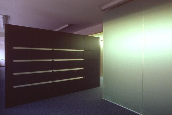 Schrankelement als Raumteiler (Besprechungszimmer) - Foto © Knauer Architekten