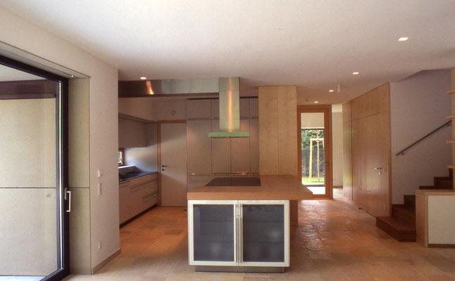 Küche: Holzwerkstoffplatten lackiert/Geäztes Glas/Natursteinplatten - Foto © Knauer Architekten