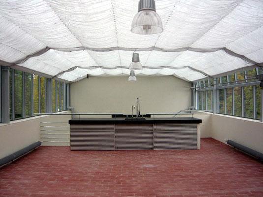 Sommerküche im Glashaus: Gefärbter Beton/Alulamellen/Klinkerziegel - Foto © Knauer Architekten