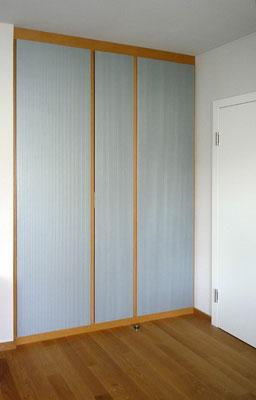 Schrank aus Holzwerkstoffplatten (Riffelplatten) lackiert mit Umleimer aus Buche - Foto © Knauer Architekten