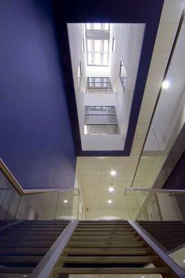 Interne Treppe Autohaus mit Lichtbrunnen
