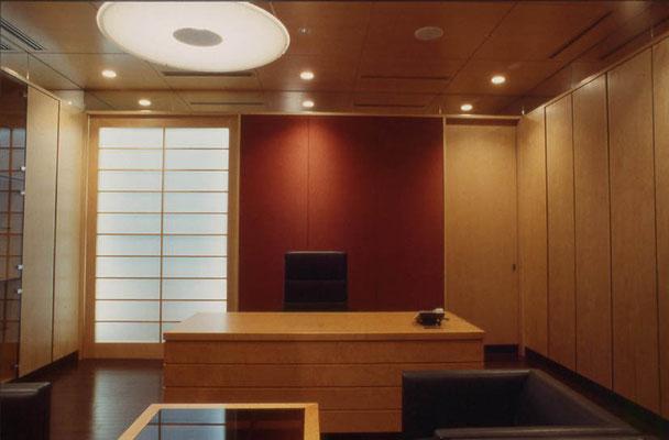 Büro im Untergeschoß: Mit Reispapier bespannte Schiebeelemente, die aus einem Atrium hinterleuchtet werden.