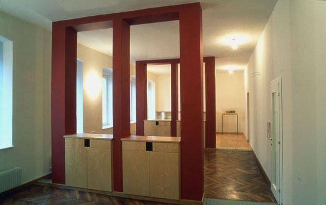 Büroumbau: Raumteiler aus Birkensperrholz/Mauerwerk - Foto © Knauer Architekten