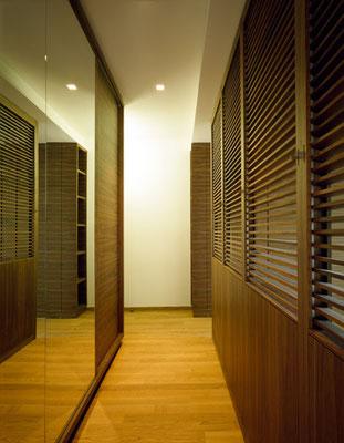 Begehbarer Schreankraum mit verstellbaren Holzlamellen / Foto © G. Zugmann