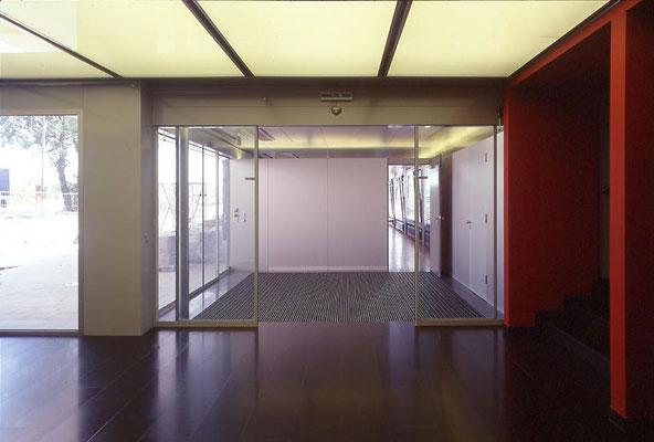 Empfangsbereich Bürogebäude: Naturstein/Hinterleuchtete Glasdecke/Alupanele - Foto © R. Steiner