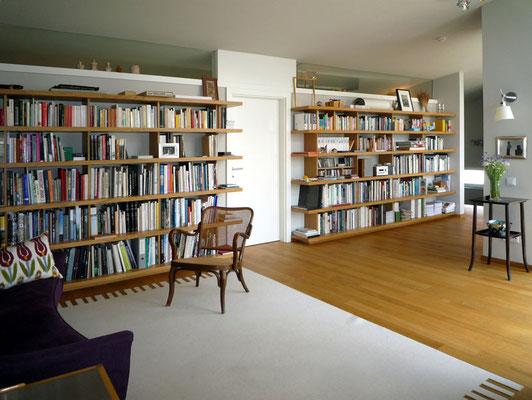 Bibliothek aus Holzwerkstoff furniert (Eiche) - Foto © Knauer Architekten