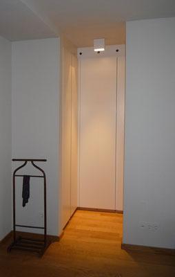 Schrankraum aus Holzwerkstoffplatten lackiert - Foto © Knauer Architekten