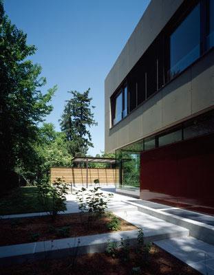 """Westfassade mit """"Roter Box"""" / Foto © G. Zugmann"""