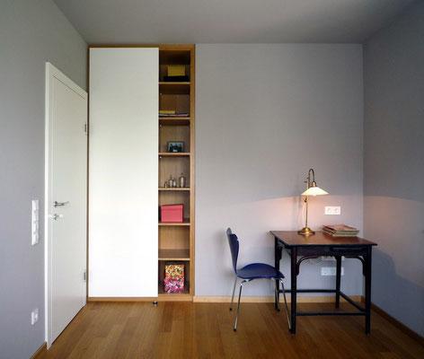 Kombischrank aus Holzwerkstoffplatten furniert (Eiche) und lackiert - Foto © Knauer Architekten
