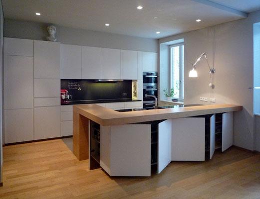Küche: Holzwerkstoffplatten lackiert/Geäztes Glas/Natursteinplatten, Wien-A, 2012 - Foto © Knauer Architekten