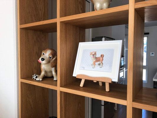 最小サイズの「ラベル版画™️209」はイーゼルに乗せて飾っても可愛いよ!※1. 本商品にイーゼルは付属していません。※2. 画像は同シリーズの作品の展示例です。