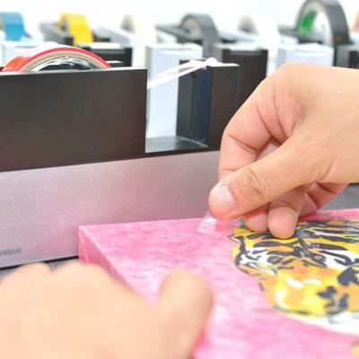 原画の「セロハン画™」(非売品)は3原色やCMYKの原理による「特注カラーセロテープ」の貼り重ねだけで様々な色を表現しています。※画像は同シリーズの作品の制作例です。
