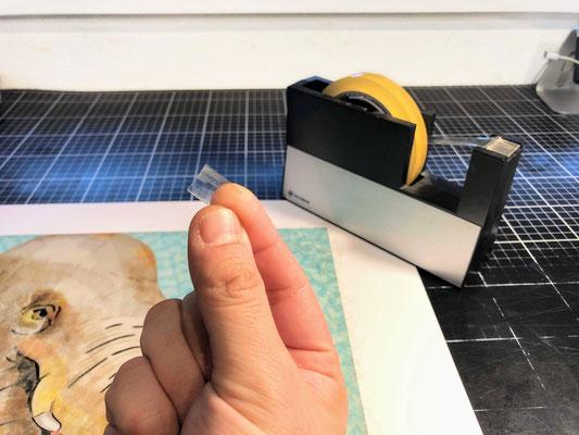 複製画の「セロ版画™」はプリントした原画(セロハン画™)の表面に透明のセロテープ®を貼り付ける事で原画と同等の質感を再現しています。※画像は同シリーズの作品の制作例です。