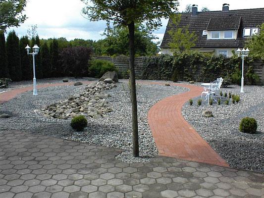 Auch Kies kann zusammen mit gepflasterten Bereichen spannende und moderne Gartengestaltungen ergeben.