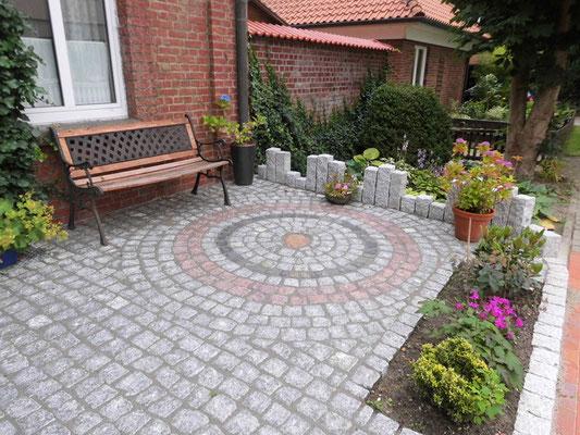 Eine Terrasse lässt sich viel harmonischer ins Gesamtbild integrieren, wenn die gepflaster Fläche mit dezenten Mustern aufgelockert wird.