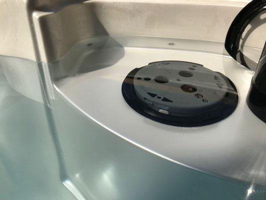 Ego3 Whirlpoolfilter in den EAGO Schacht schieben