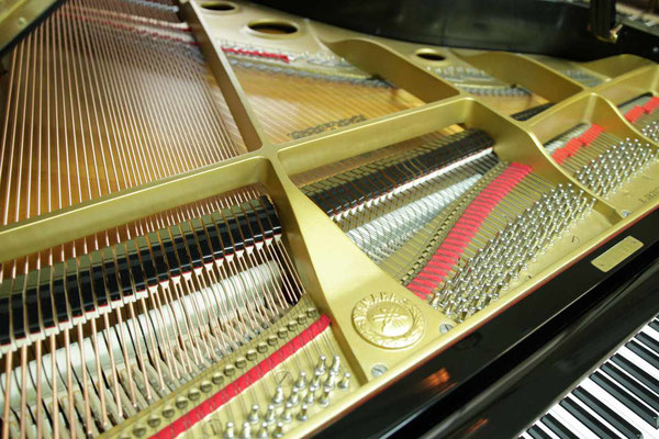 中古ピアノヤマハG3Eの低音側から見るキレイなフェルト類