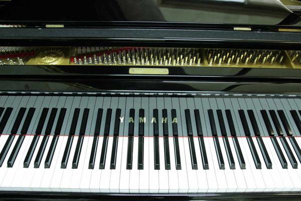 中古ピアノヤマハG3Eの鍵盤とエンブレム