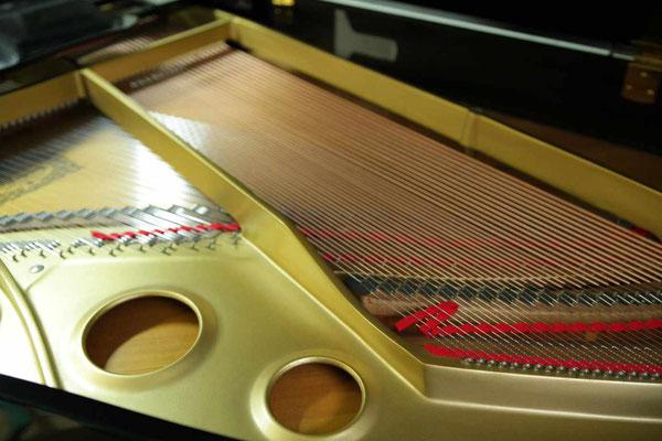 中古ピアノヤマハG3Eの新しい低音弦を後ろ側から