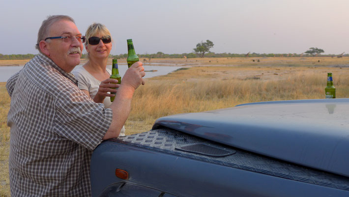 Prost! Sundowner im Hwange Nationalpark (ZIM)