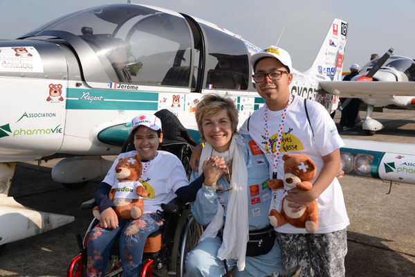 Véronique Jannot, marraine du tour aérien, au coeur de la rencontre des enfants « extraordinaires » et des enfants « ordinaires »