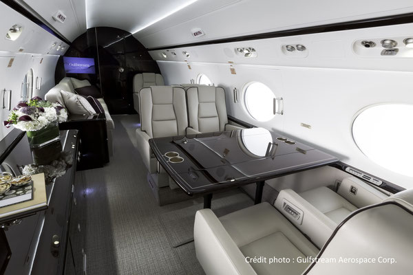 La cabine spacieuse du Gulfstream G550 de jour.