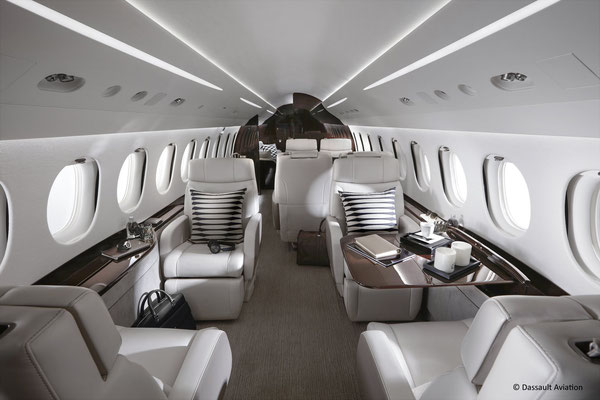 A première vue, la cabine spacieuse du Falcon 8X ressemble fortement à celle d'un 7X ou d'un 900.