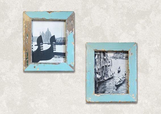 Due cornici rettangolari di uguali dimensioni azzurre con foto di Gondole a Venezia e San Marco sopra scrivania