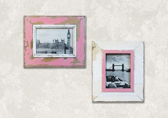 Dettaglio di una stanza con scala, piantine e due cornici in legno rosa con foto di Londra in bianco e nero