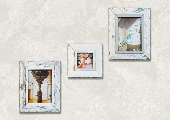 Soggiorno divano bianco e composizione 3 cornici design a parete